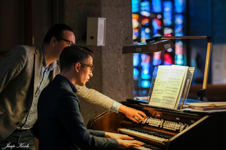Zijn de juiste registers ingesteld? - Voorafgaande aan zijn orgelconcert in Het Steiger (centrum R'dam) liep organist Iddo van der Giessen nog ev