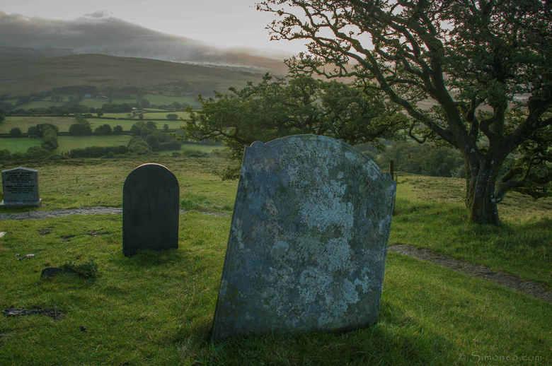 A tomb with a view - Bij het op ruim 200 meter hoogte gelegen kerkje van St. Michael de Rupe liggen enkele graven vnl. uit de 19e eeuw. Zoals gebruike