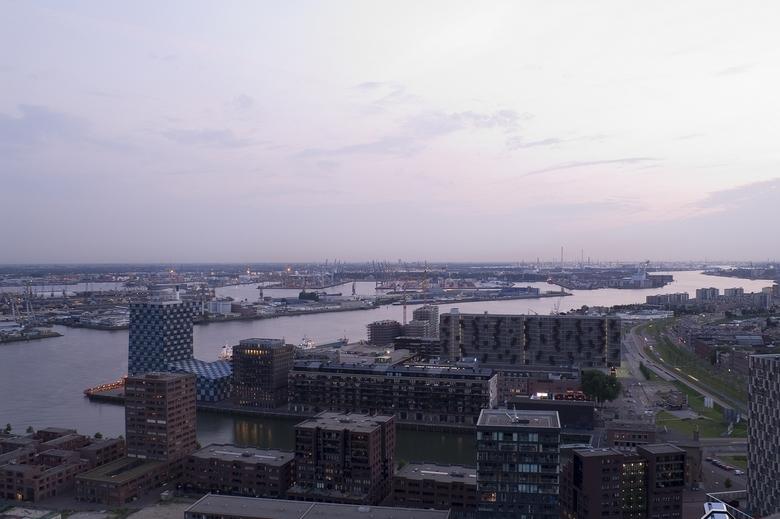 Rotterdam - Vanaf de Euromast. Kon voor sluiting van het platform nog net een paar foto&#039;s met de lichten aan maken.<br /> Volgende keer maar wat