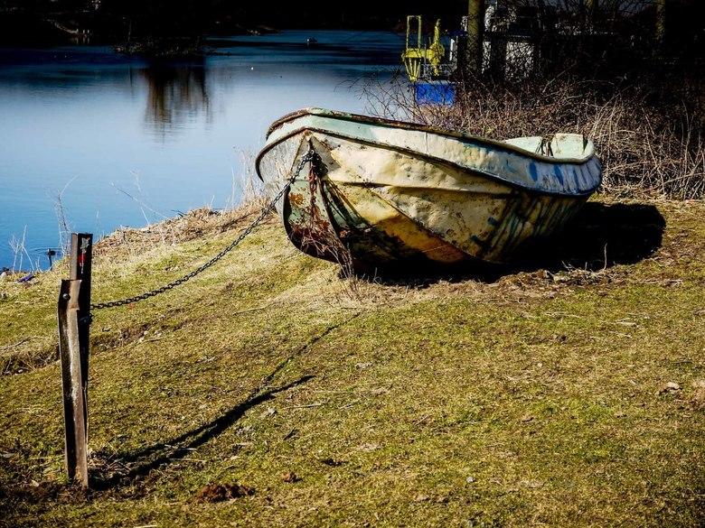 droog - Droogliggende boot bij de Eijsder Beemden, waar de Maas Nederland binnenkomt.