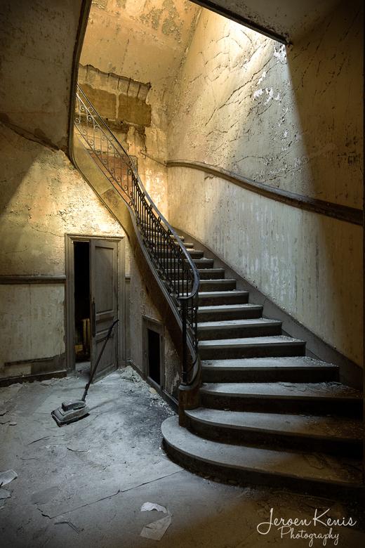 Heaven's Light - Deze trap staat in een vervallen gebouw in Frankrijk. Het gebouw had vele kantoortjes maar in al enkele jaren niet meer in gebruik.<b