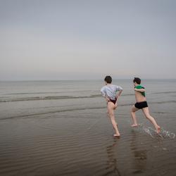 De zee in!