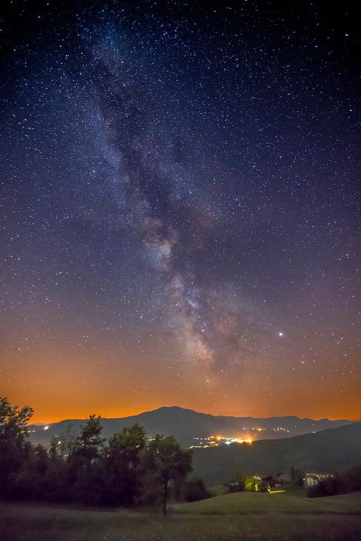 Earth bound - Melkweg in Emilia-Romagna (I), met Jupiter rechts van centrum melkweg.<br /> Bewerking: Enkele foto in raw, oplichten schaduwen en vers