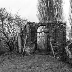 Oude ruine in het landschap.jpg