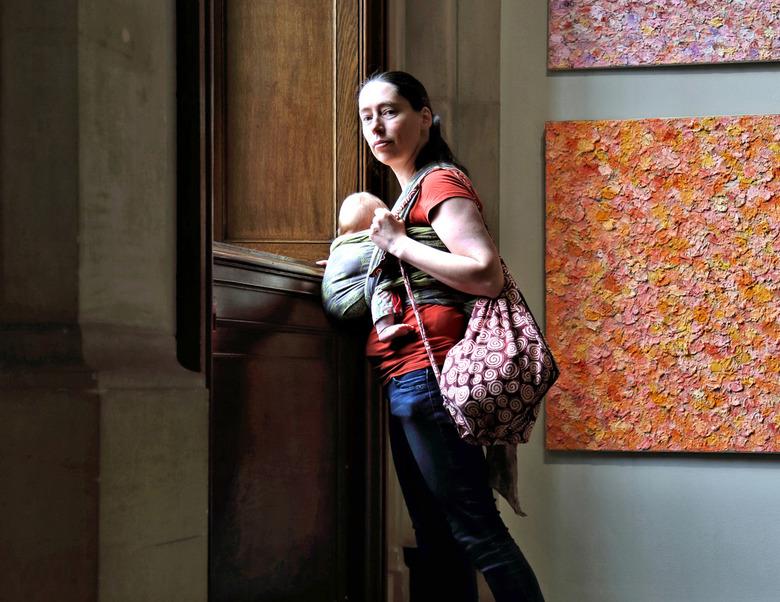 Museumbezoek - Vrouw met kind in draagdoek