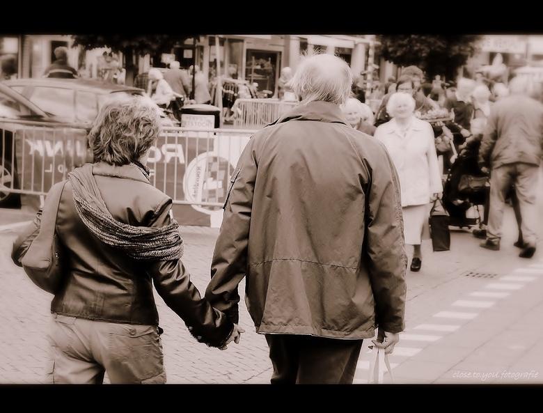 lieve handen..... - Jouw hand ligt losjes in de mijne, en toch houd ik m stevig vast…<br /> Zachtjes schuurt je warme huid over die van mijne... zou