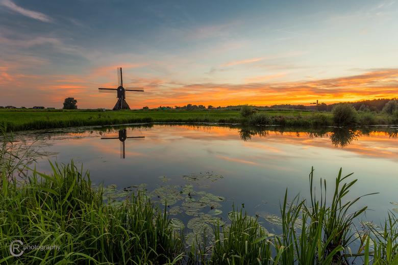 Sunset in Holland - Foto genomen bij de Zandwijkse Molen, gelegen tussen Sleeuwijk en Uppel.