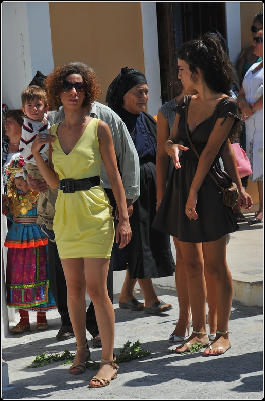 Glitter and glamour - Ieder jaar op 15 augustus keren veel in het buitenland wonende Grieken even terug naar hun geboortegrond. Velen van hen zijn ooi