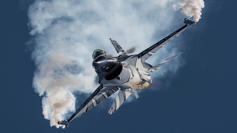F16 laat haar kunsten zien -