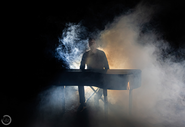 Piano man - Piano, muzikant en rook.<br />