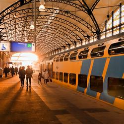 Zonsondergang op treinstation
