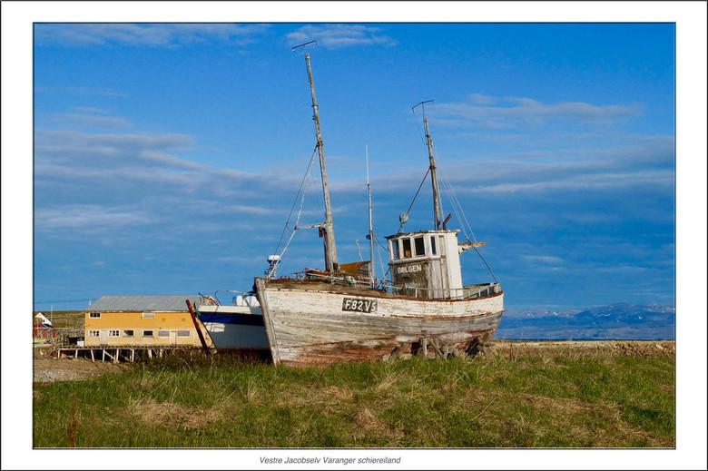 Opknapper - Dit vissersbootje kwam ik tegen op het Varanger schiereiland in Noorwegen. Het is niet duidelijk of ze haar op gaan knappen of dat ze wach