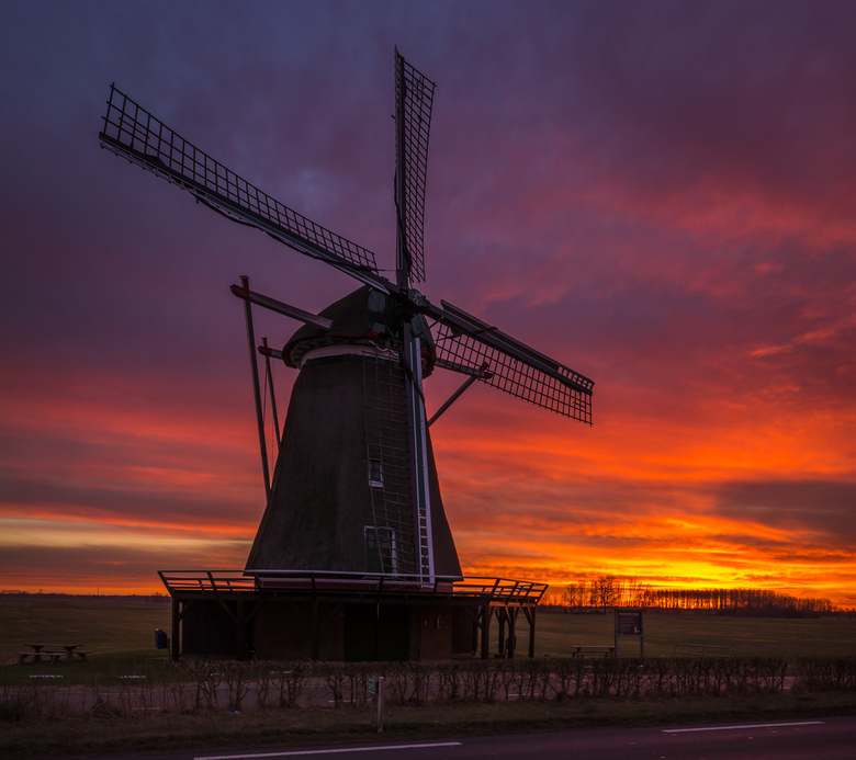 Windesheimer molen bij zonsopkomst