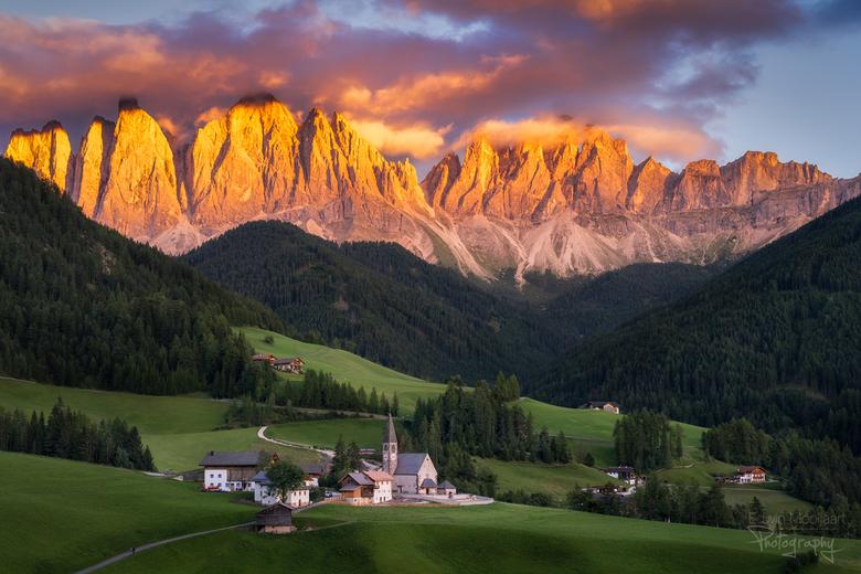 Val di Funes sunset - Een prachtige zonsondergang in het mooie Val di Funes.<br /> <br /> Aan het einde van de middag trok het helemaal dicht en eve