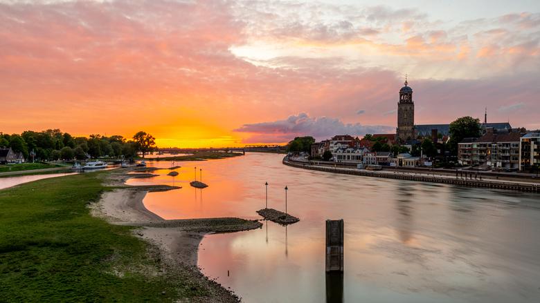Zonsondergang Deventer - Een licht bewolkte dag is altijd een kans op een mooie zonsondergang...en wat voor 1! De lucht versprong in alle kleuren.