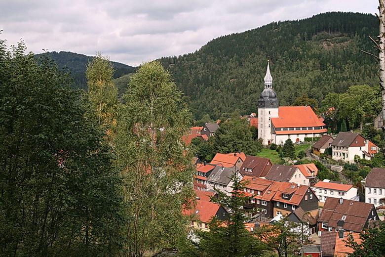 Lautenthal. - Vanaf bovenaf gezien. De ooit vrije bergstad Lautenthal in de Oberharz, Duitsland is een door de staat erkend luchtkuuroord en ligt in e