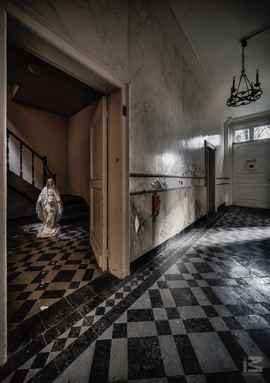 Mary - Dit gehavende beeld van Maria stond in een kamer van een verlaten klooster/schoolgebouw. De combinatie van het verschillende (natuurlijk) licht