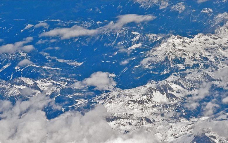 Hoog in de lucht boven de Alpen - Zicht op de Alpen
