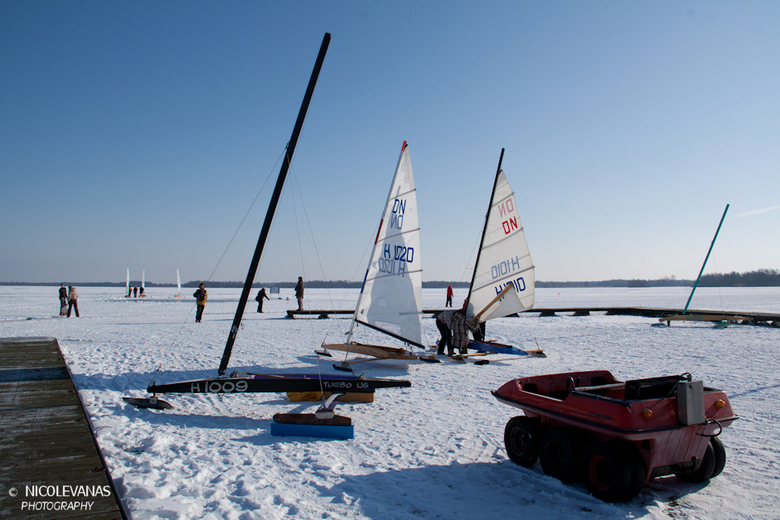 Vermaeck op het ijs. - Afgelopen weekeinde, ijszeilwedstrijden.  Volop vertier op het ijs.<br /> Nieuwkoopseplassen in Nieuwkoop.<br /> <br /> De z