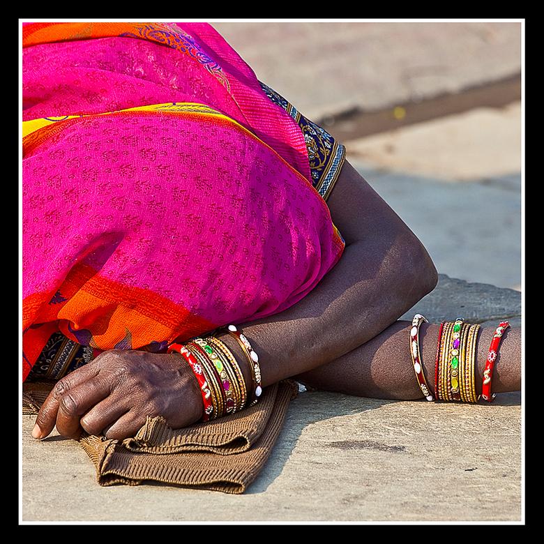 Versierde armen - Mooie serie armbanden om de armen van deze slapende vrouw