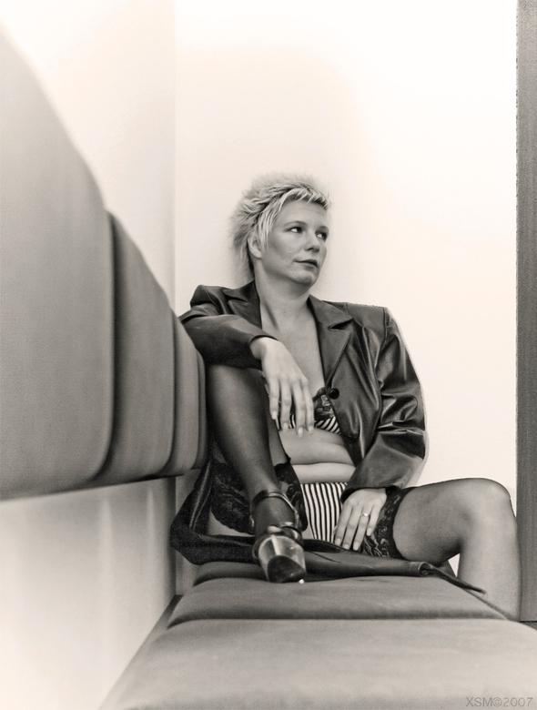 Pauze - Deze foto is voortgekomen uit een pauzemoment tussen de shoot door even, ralaxt zitten en hier kijkend naar Bert Schaeffer net buiten beeld er