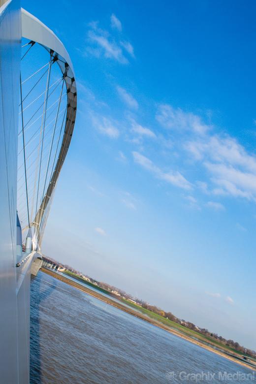 """De Oversteek: een andere hoek  - De Oversteek...  De afschuining van de brug genomen als """"point of view""""."""
