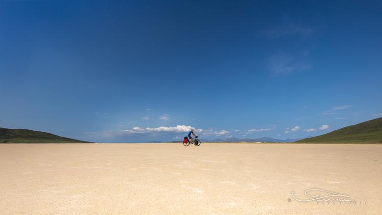 Fietsen met ruimte - Deze Foto maakte ik op Harris (Hybriden) Schotland op een enorm groot drooggevallen stuk strand waar je makkelijk over kon fietse