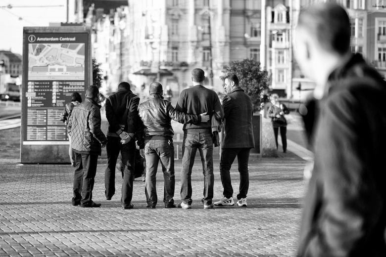 Vrienden - Wachtend bij het Amsterdamse CS zag ik deze kerels zich opstellen om voorafgaand aan een dagje Amsterdam even een groepsfoto'tje te ma