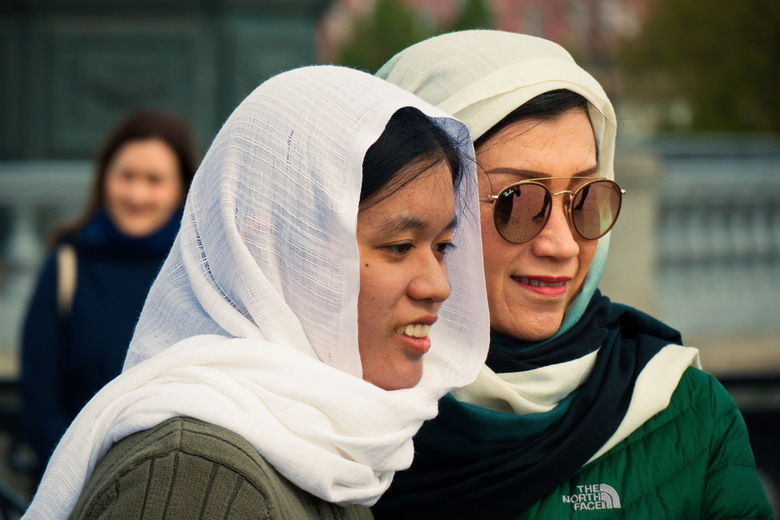 Twee dames voor de Christus Verlosserkathedraal in Moskou - Gekleed voor de Christus Verlosserkathedraal in Moskou