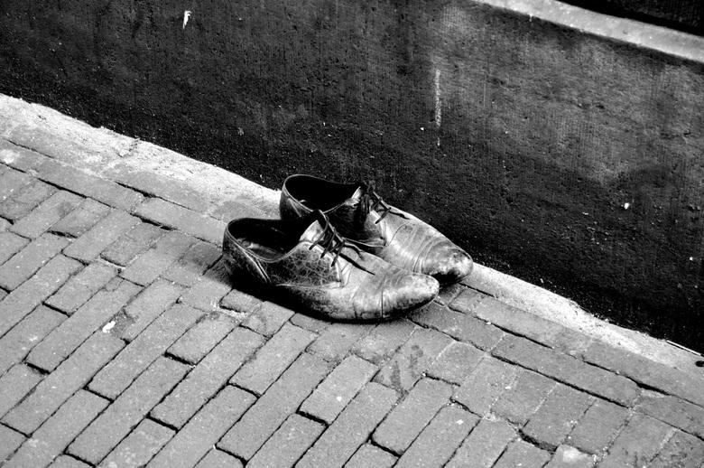 left shoes in amsterdam - wat zwervend door de Amsterdamse steegjes kwam ik dit paar tegen, het leek me nogal raar dat ze daar zo achtergelaten waren,