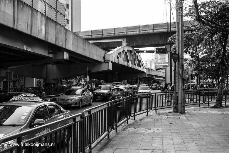 201312209129 Veel verkeer Bangkok met skytrain op de achtergrond - Veel verkeer Bangkok met skytrain op de achtegrond
