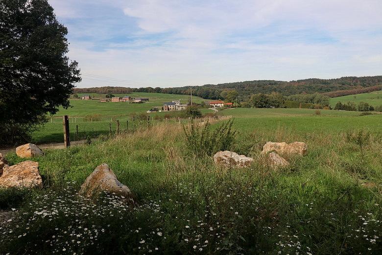 Belgische Ardennen. - Wandeling omgeving Durbuy met n de verte een gedeelte van het dorp Septon. Uit een net andere positie genomen als twee foto&#039