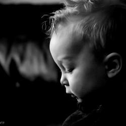 Kleinzoon Thomas in zwart wit