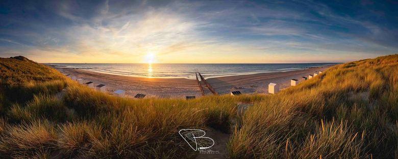Tether of Yearning - Een panorama met sluierbewolking tijdens zonsondergang, aan het strand van de Manteling bij Domburg.