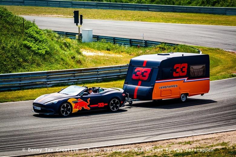 Max Verstappen bocht 9 Circuit Zandvoort - De Carvan demo rondes de carvan hield het 3 rondjes vol... En donots draaien met een carvan kan dus ook!