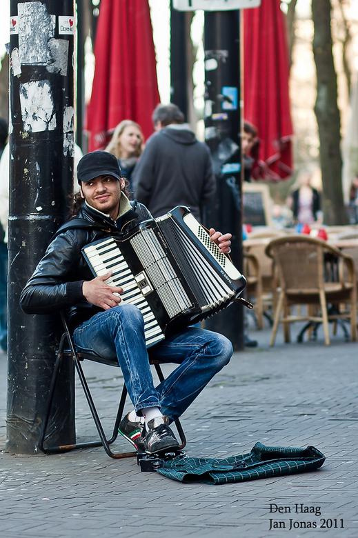 Straatmuziek Den Haag - FF weer iets anders nu.<br /> Vond het zelf wel een aardig plaatje zo.<br /> En ja, ik heb er een eurootje in gegooid.<br />