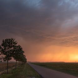 onweersbui tijdens zonsondergang