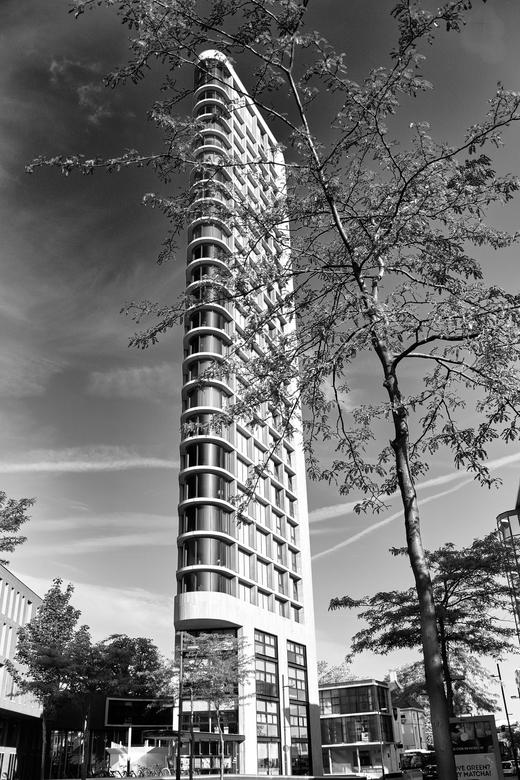 Toren in zwart-wit - Zwart-wit kan veel krachtiger zijn dan kleur. Zeker bij hoge contrasten zoals je ze vaak overdag hebt bij een felle zon.