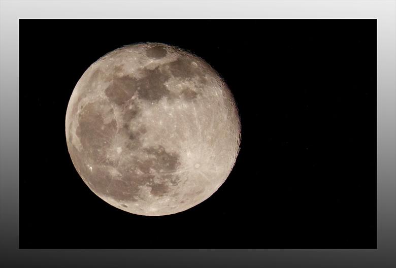 Heldere Maan - De Heldere Maan, maar een dag later.<br /> Op de dag zelf, werd ik niet beloond, aangezien er flink wat bewolking zat. Maar de wil om