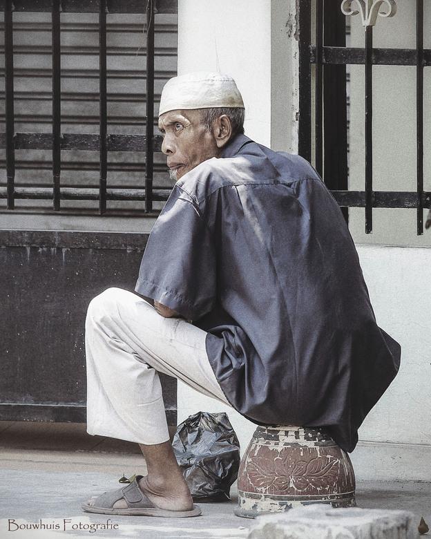 Looking angry - Oude man op de straten van Java, Indonesie