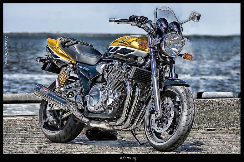 he's not my - Deze motorfiets zag ik staan toen ik enkele weken gelede even zat uit te blazen in de haven van lauwersoog,vond het wel een leuk onderwe