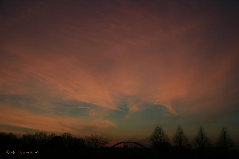zonsondergang  - Zonsondergang. Foto is gemaakt door de voorruit van de auto. Van Everdingen in de richting van Vianen.<br /> Groetjes en een fijne d