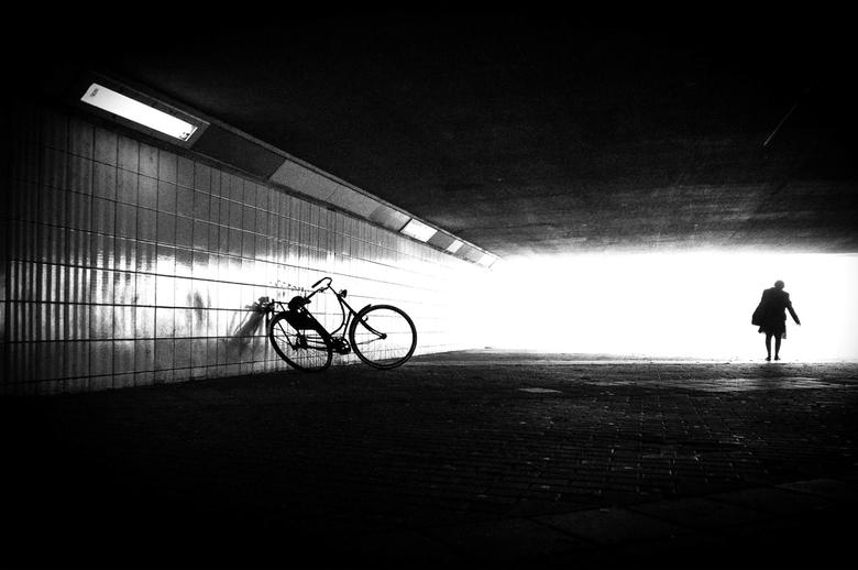 Embrace life - Ebrace life, omarm het leven. Met de fiets als symbolisch verleden en het licht als symbolische toekomst. Laat het op je afkomen!