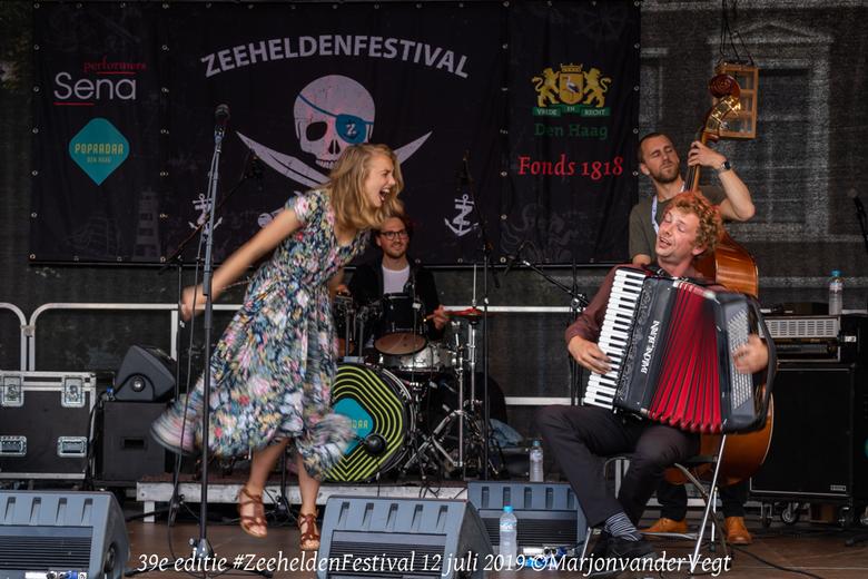 Zeeheldenfestival - Tess et les Moutons, hou deze band in de gaten, heerlijke muziek, en &#039;n geweldige performance. <br /> <br /> Hartelijk dank