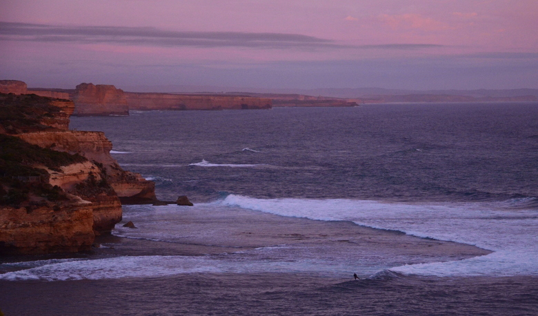 Surfing Australie - Een surfer op eenzaamsehoogte! Australie, Port Cambell