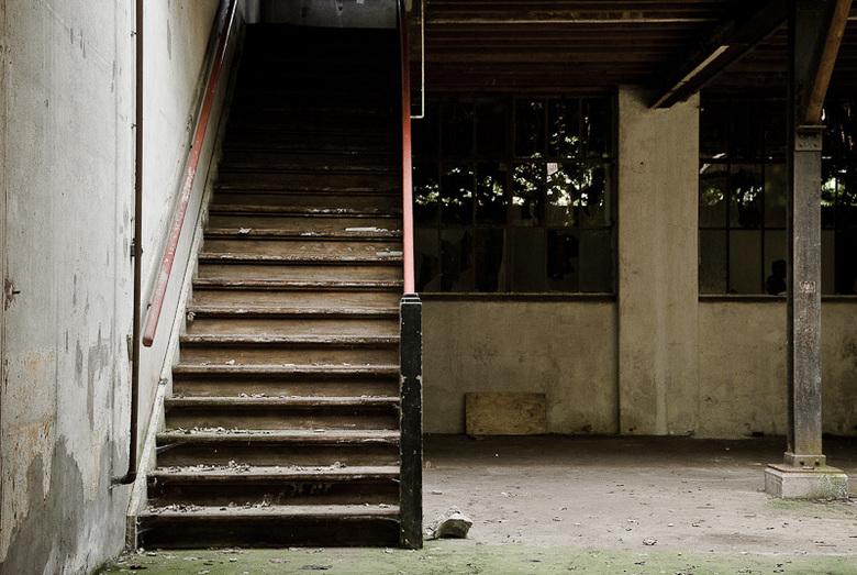 Trap in oude verlaten fabrieksruimte