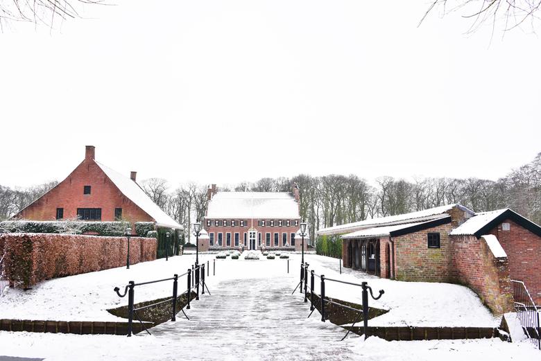 Winter. - De Menkemaborg in het wit.....