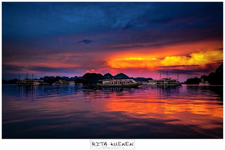 """Stilte - I am S I L E N C E * I am S U N S E T <br /> <br /> Halong Bay is sinds 2012 één van de """"7 Wonders of Nature"""". Het is een eilandengroep gel"""