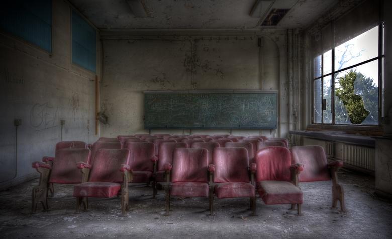 Red Chairs - Een klaslokaal in een verlaten universiteit.