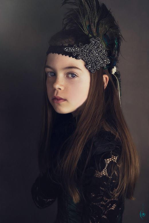 Aylin - Jong meisje in pauwen kleding.